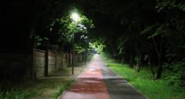 Ścieżkę pieszo-rowerową przy kalwaryjskim cmentarzu rozświetliły latarnie