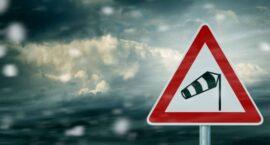 Uwaga na silny wiatr! Wydano ostrzeżenia!