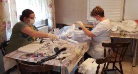 Pracownicy MOPR robią przyłbice medyczne